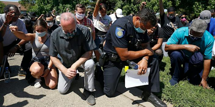 """Sacramento Mayor Darrell Steinberg, foreground left, and Sacramento Police Chief Daniel Hahn, foreground right, kneel for a moment of silence at a rally to honor George Floyd in Sacramento, California, on June 3, 2020. <p class=""""copyright""""><a href=""""https://newsroom.ap.org/detail/CaliforniaBlackPoliceChiefsReform/2d377c9ecb724c1bb815f35882e26abc/photo?Query=daniel%20hahn%20sacramento&mediaType=photo&sortBy=arrivaldatetime:desc&dateRange=Anytime&totalCount=45&currentItemNo=0"""" rel=""""nofollow noopener"""" target=""""_blank"""" data-ylk=""""slk:Rich Pedroncelli/AP"""" class=""""link rapid-noclick-resp"""">Rich Pedroncelli/AP</a></p>"""