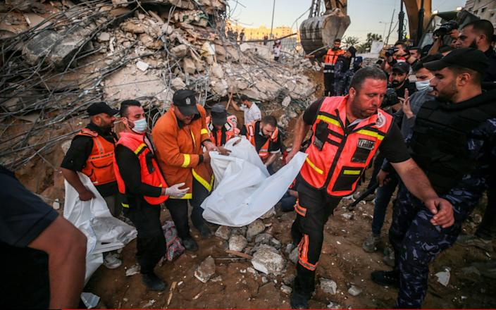 Palestinian civil defense teams take part in rescue works at the rubbles of a building belonging to a Palestinian family - Mustafa Hassona/Anadolu