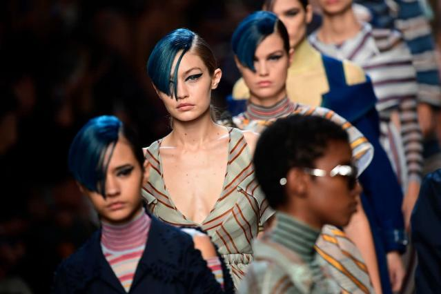 Gigi Hadid models blue hair and a graphic winged eyeliner at the Fendi Spring 2018 show. (Photo: Getty Images)
