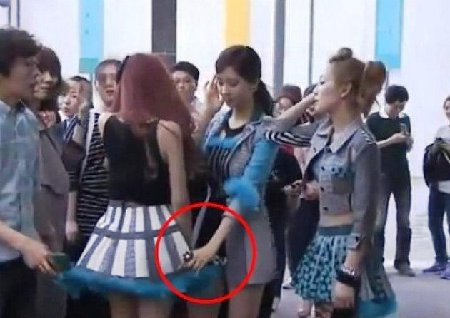 "SNSD's Seohyun uses ""manner hand"" for Tiffany. (Screengrab of Korea.com)"