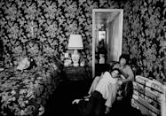 <p>Actress Lynda Carter and her husband, Ron Samuels, pose in their bedroom in 1977. In typical '70s fashion, the couple opted for a coordinated pattern on their wallpaper and bedspread. </p>