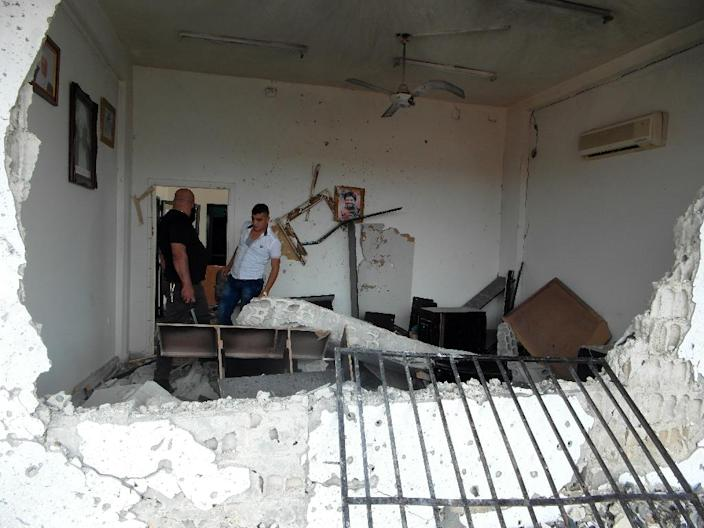 Syrians inspect the damage to a house at the scene of multiple bombings in the the city of Tartus on May 23, 2016 (AFP Photo/)