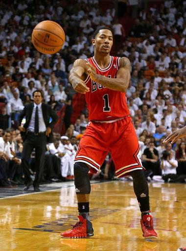 MIAMI, FL - OCTOBER 29: Derrick Rose #1 of the Chicago Bulls brings the ball up the floor during a game against the Miami Heat at American Airlines Arena on October 29, 2013 in Miami, Florida. (Photo by Mike Ehrmann/Getty Images)