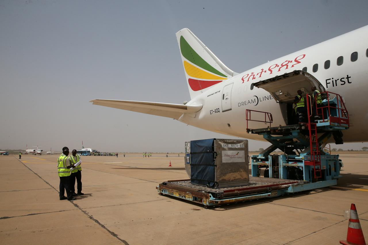 Airport workers offload boxes from a Boeing 787 Dreamliner aircraft of Ethiopian Airlines after its arrival at the newly renovated Kaduna airport in Kaduna, Nigeria March 8, 2017. REUTERS/Afolabi Sotunde