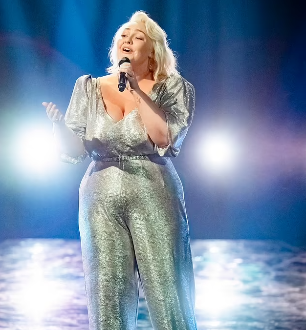 Bella Taylor Smith sings on the voice