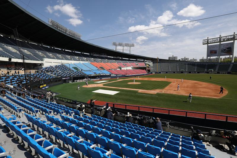 KBO demotes entire crew of umpires for retraining after complaints from players. (Photo by Chung Sung-Jun/Getty Images)