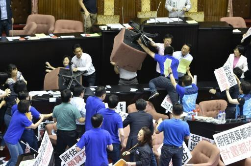 Taiwan lawmakers clash in more parliament chaos