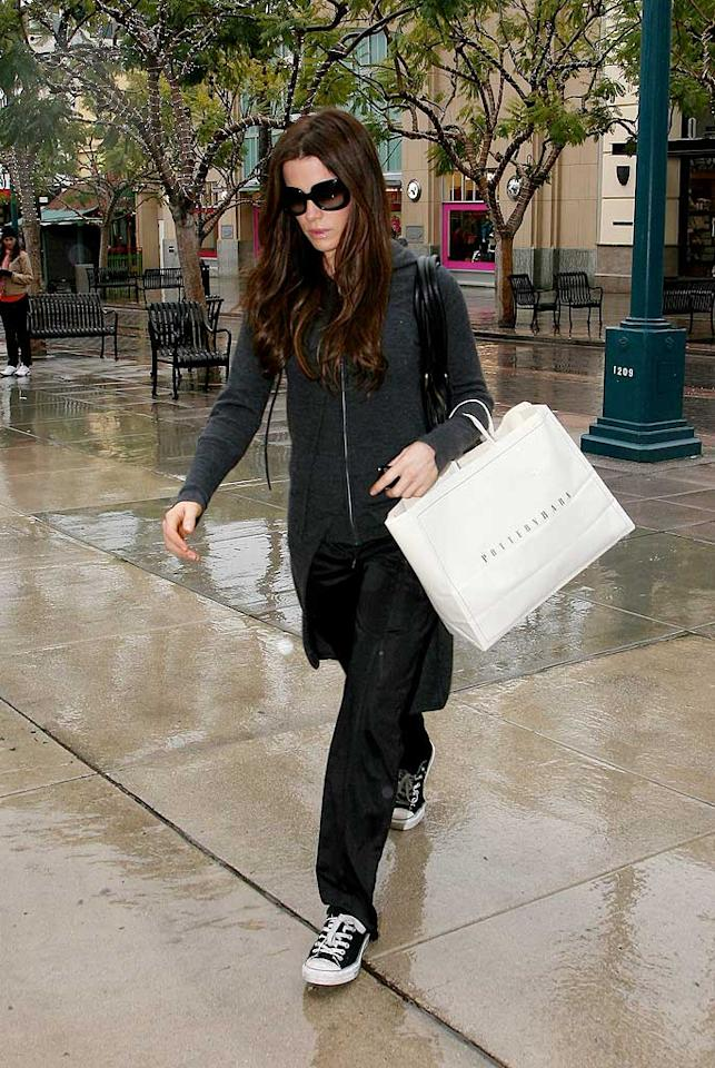 "A little rain couldn't stop Kate Beckinsale from picking up some baubles at the Pottery Barn on the 3rd Street Promenade in Santa Monica, California. Big5/<a href=""http://www.x17online.com"" target=""new"">X17 Online</a> - December 17, 2008"