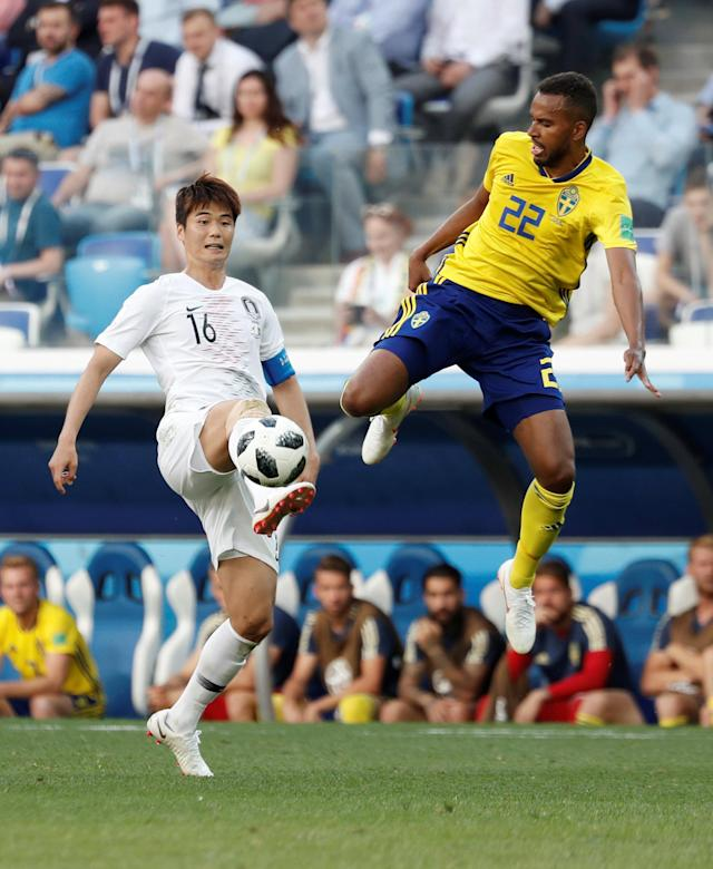 Soccer Football - World Cup - Group F - Sweden vs South Korea - Nizhny Novgorod Stadium, Nizhny Novgorod, Russia - June 18, 2018 South Korea's Ki Sung-yueng in action with Sweden's Isaac Kiese Thelin REUTERS/Murad Sezer