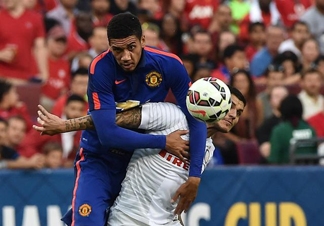 Manchester United's Chris Smalling (L) vies with Inter Milan's Mauro Icardi during a Champions Cup match in Maryland on July 29, 2014 (AFP Photo/Nicholas Kamm)