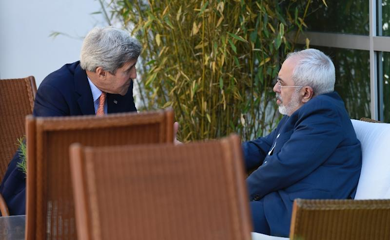 US Secretary of State John Kerry (L) talks with Iranian Foreign Minister Mohammad Javad Zarif on May 30, 2015 in Geneva (AFP Photo/Susan Walsh)