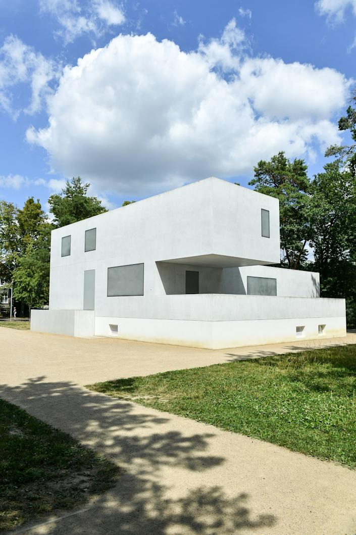"""<h1 class=""""title"""">Master houses in Bauhaus style</h1><cite class=""""credit"""">Photo: Jens Kalaene/picture alliance via Getty Images</cite>"""