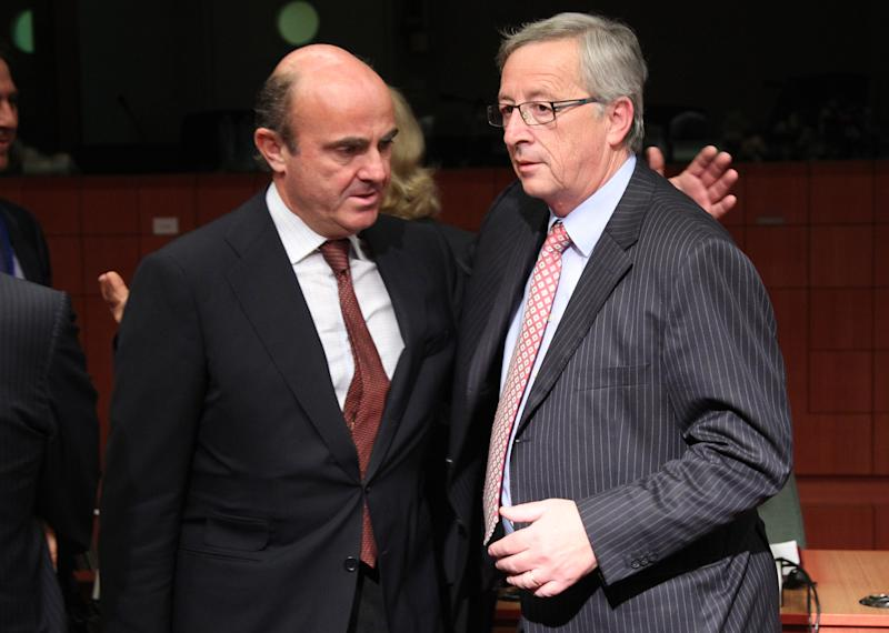Spanish Finance Minister Luis de Guindos Jurado, left, talks with Chairman of the Eurogroup and Luxembourg's Prime Minister Jean-Claude Juncker during the Eurogroup ministerial meeting at the European Council building in Brussels, Monday, July 9, 2012. European finance ministers are to use this week's meetings in Brussels to attempt to secure Spain's teetering economy, with progress expected on the bailout loan for the country's stricken banks and a relaxation of the government's financial targets. (AP Photo/Yves Logghe)