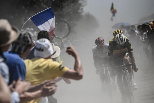 Spectators cheer as Belgianss Yves Lampaert (R) and Greg Van Avermaet on the road to Roubaix (AFP Photo/Jeff PACHOUD)