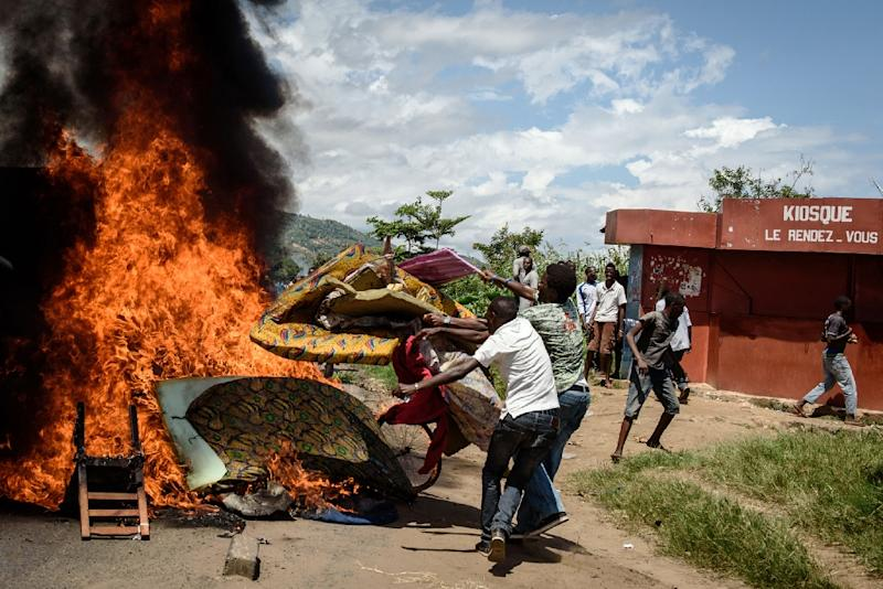 Demonstrators burn mattresses from a police post in Bujumbura, Burundi, on May 13, 2015 to protest President Pierre Nkurunziza's bid for a third term (AFP Photo/Jennifer Huxta)