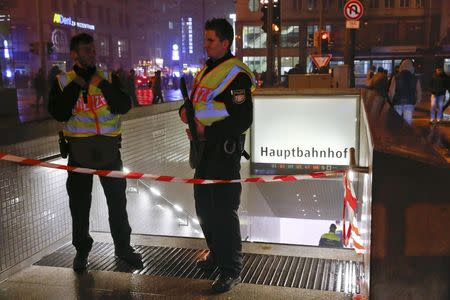 German police secure area near the main train station in Munich January 1, 2016. REUTERS/Michael Dalder