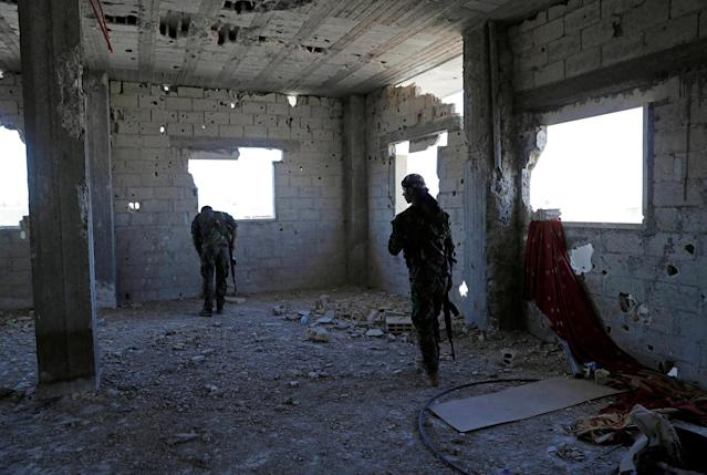 <p>Members of Syrian Democratic Forces take up positions inside a building as they battle Islamic State militants in Raqqa, Syria, Oct. 1, 2017. (Photo: Erik De Castro/Reuters) </p>