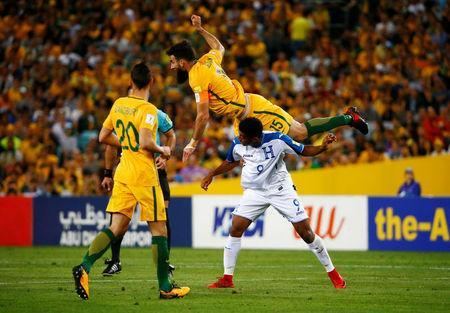 Soccer Football - 2018 World Cup Qualifications - Australia vs Honduras - ANZ Stadium, Sydney, Australia - November 15, 2017 Australia's Mile Jedinak in action with Honduras' Anthony Lozano REUTERS/David Gray