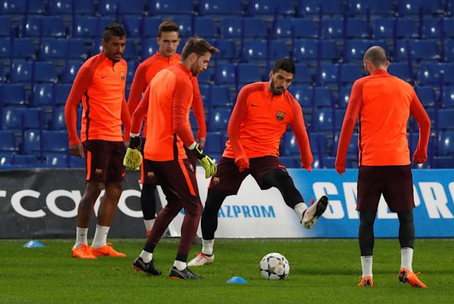 Soccer Football - Champions League - FC Barcelona Training - Stamford Bridge, London, Britain - February 19, 2018 Barcelona's Paulinho and Luis Suarez with team mates during training Action Images via Reuters/Matthew Childs