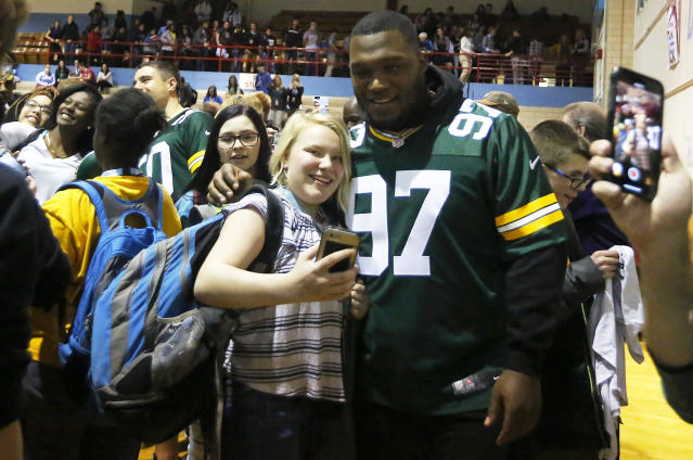 """<a class=""""link rapid-noclick-resp"""" href=""""/nfl/teams/gnb"""" data-ylk=""""slk:Green Bay Packers"""">Green Bay Packers</a> player <a class=""""link rapid-noclick-resp"""" href=""""/nfl/players/29261/"""" data-ylk=""""slk:Kenny Clark"""">Kenny Clark</a> takes selfies with students at Dubuque Senior High School in Dubuque, Iowa in April. (AP)"""