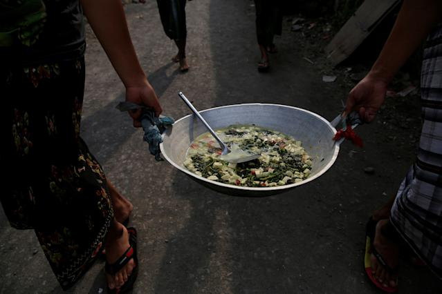 <p>Students carry food they have cooked for iftar (breaking fast), during the holy month of Ramadan, at Lirboyo Islamic boarding school in Kediri, Indonesia, May 24, 2018. (Photo: Beawiharta/Reuters) </p>