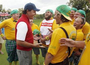 Phil Mickelson talks with International fans on Sunday. (EFE)