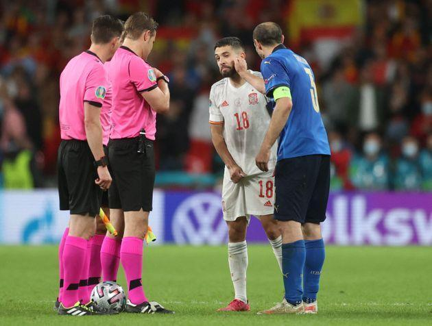 Italy's defender Giorgio Chiellini (R) interacts with Spain's defender Jordi Alba after the coin toss prior to the penalty shootout in the UEFA EURO 2020 semi-final football match between Italy and Spain at Wembley Stadium in London on July 6, 2021. (Photo by CARL RECINE / POOL / AFP) (Photo by CARL RECINE/POOL/AFP via Getty Images) (Photo: CARL RECINE via Getty Images)