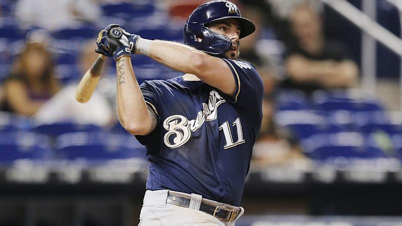 Mike Moustakas signs with Cincinnati