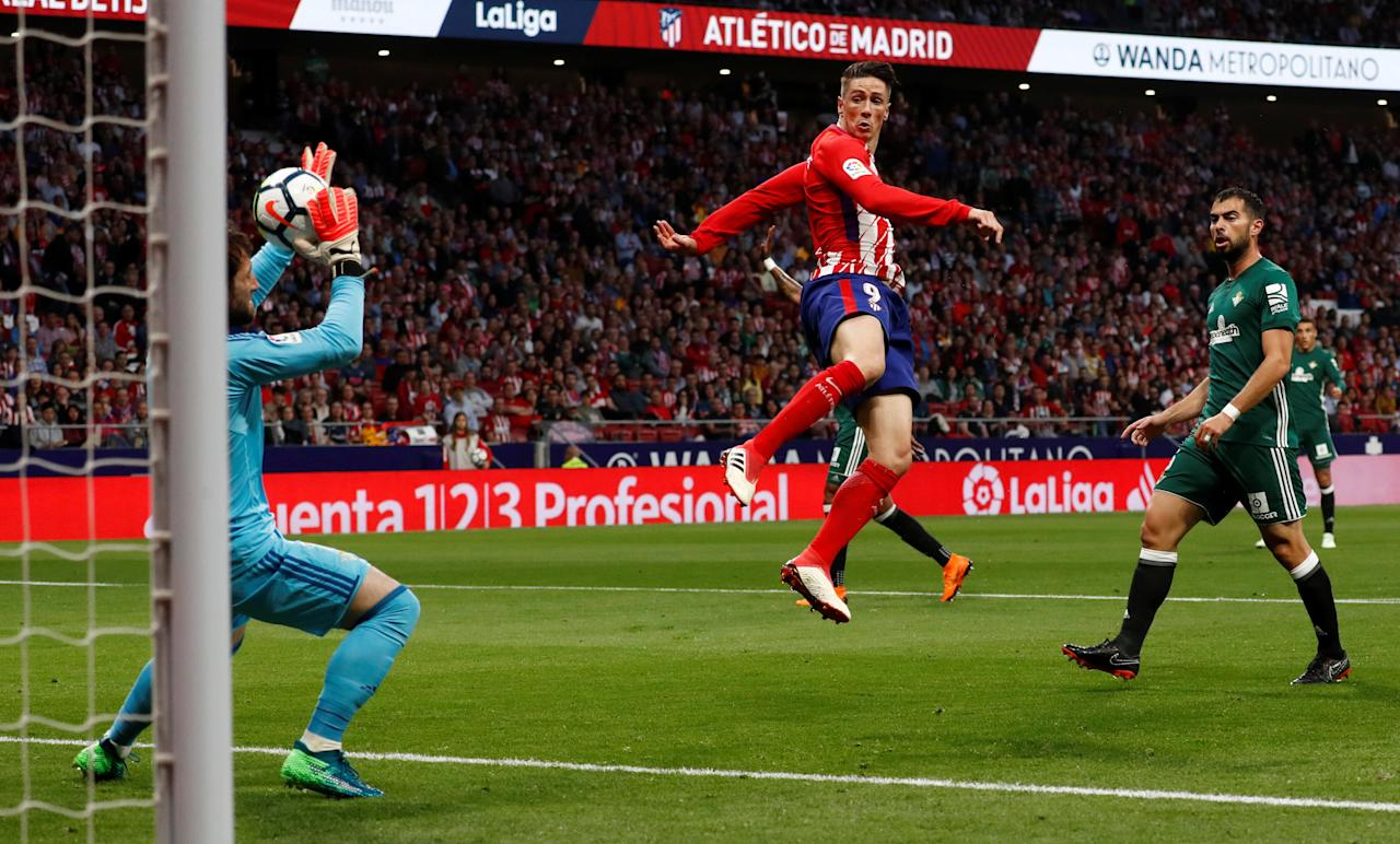 Soccer Football - La Liga Santander - Atletico Madrid v Real Betis - Wanda Metropolitano, Madrid, Spain - April 22, 2018   Real Betis' Dani Gimenez saves a shot as Atletico Madrid's Fernando Torres looks on     REUTERS/Juan Medina