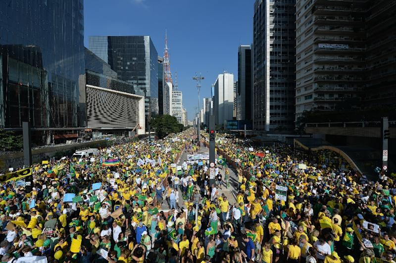 Demonstrators rally to protest against the government of Brazilian President Dilma Rousseff along Paulista Avenue in Sao Paulo, Brazil on April 12, 2015 (AFP Photo/Nelson Almeida)