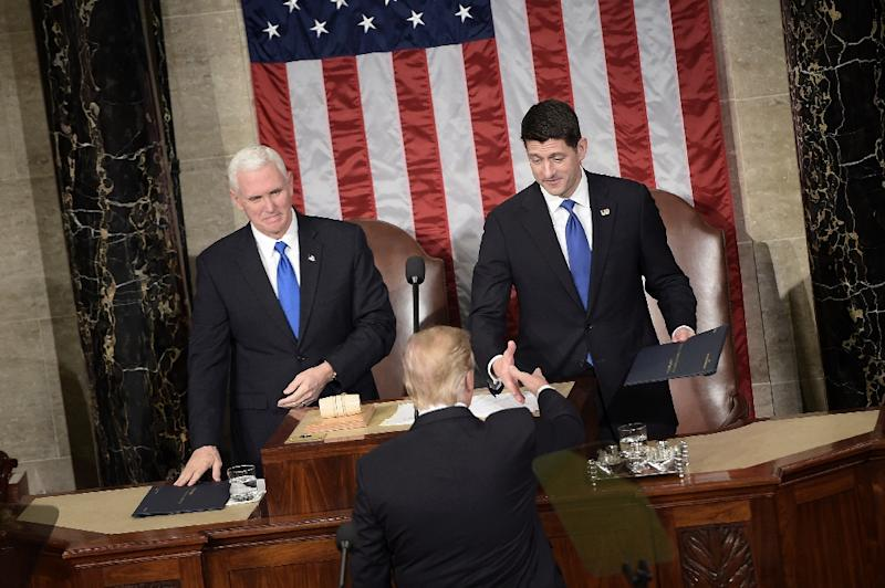 US President Donald Trump (C) shakes the hand of Speaker of the House Paul Ryan during a joint session of Congress on Capitol Hill February 28, 2017 in Washington, DC (AFP Photo/Brendan Smialowski)