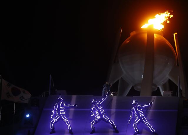 <p>Artists perform during the closing ceremony. REUTERS/Kai Pfaffenbach </p>