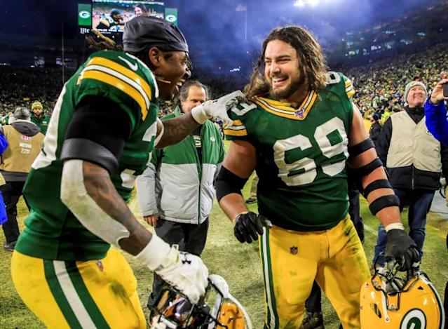 Green Bay (United States), 12/01/2020.- Green Bay Packers offensive tackle David Bakhtiari (R) and Green Bay Packers running back Jamaal Williams (L) celebrate after the NFC Divisional championship game between the Seattle Seahawks and the Green Bay Packers at Lambeau Field in Green Bay, Wisconsin, USA, 12 January 2020. The Packers defeated the Seahawks and will face the San Francicso 49ers in the NFC Championship game on 19 January 2020 in Santa Clara, California, USA. (Estados Unidos) EFE/EPA/TANNEN MAURY