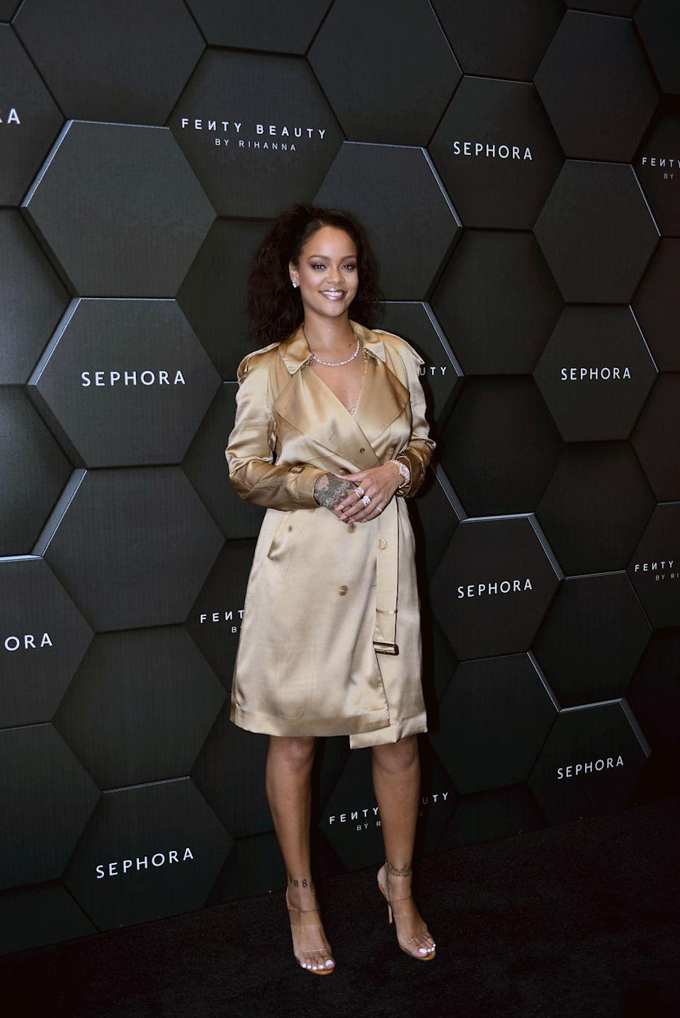 <p>In a metallic gold trench coat dress with nude heels, diamond chain and earrings for a talk about her recently released Stunna Lip paint in the shade Uninvited in Dubai.<br></p>