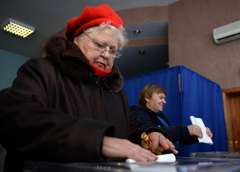 Ukrainian women cast their ballots at a polling station in Kiev on October 26, 2014, during the country's parliamentary elections (AFP Photo/Vasily Maximov)