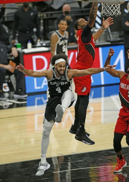 Norman Powell marque pour les Portland Trailblazers contre les San Antonio Spurs le 16 avril 2021 au AT&T Center à San Antonio