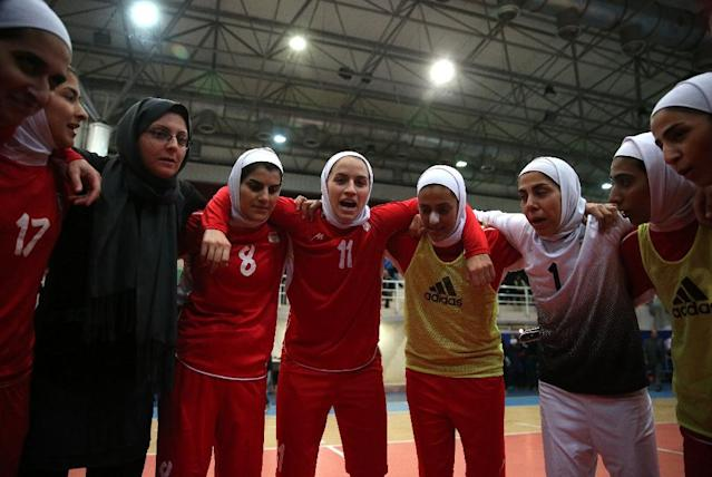 A photo taken on December 3, 2014 shows Iranian women's football captain Niloofar Ardalan (C) speaking with her teammates during a practice session in Tehran (AFP Photo/Amir Kholoosi)