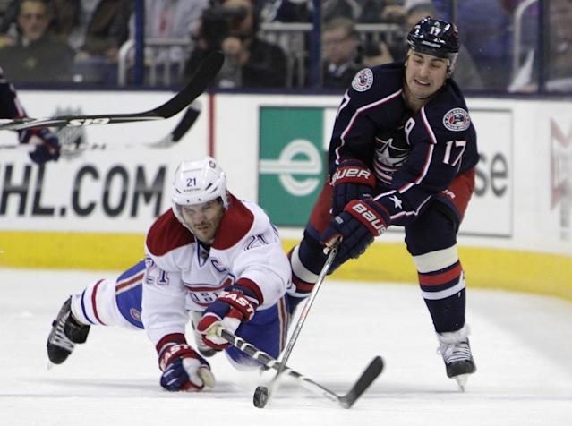Montreal Canadiens' Brian Gionta, left, and Columbus Blue Jackets' Brandon Dubinsky chase a loose puck during the second period of an NHL hockey game Friday, Nov. 15, 2013, in Columbus, Ohio. (AP Photo/Jay LaPrete)