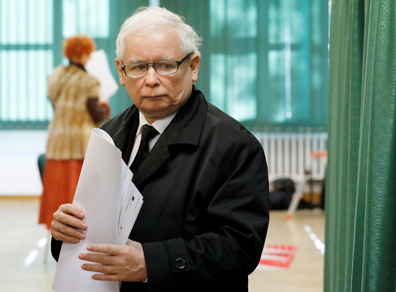 Jaroslaw Kaczynski, the leader of the ruling Law and Justice (PiS) party, attends regional elections, at a polling station in Warsaw, Poland, October 21, 2018. REUTERS/Kacper Pempel             TPX IMAGES OF THE DAY