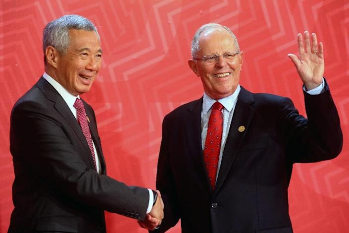 Singapore's Prime Minister Lee Hsien Loong (L) with Peru's President Pedro Pablo Kuczynski on the last day of the Asia-Pacific Economic Cooperation (APEC) Summit in Lima (AFP Photo/)