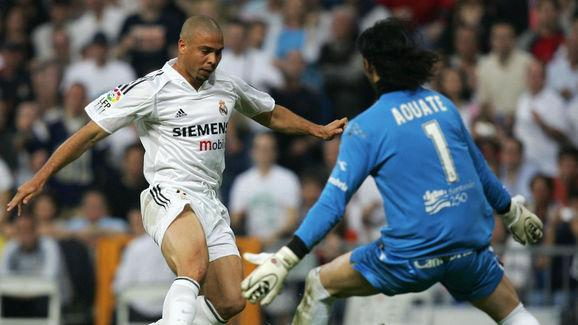 Real Madrid's Brazilian Ronaldo (L) vies