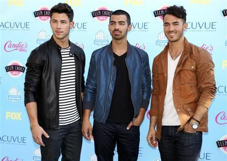 Singers (L-R) Nick, Joe and Kevin Jonas pose as they arrive at the Teen Choice Awards at the Gibson amphitheatre in Universal City, California August 11, 2013. REUTERS/Fred Prouser