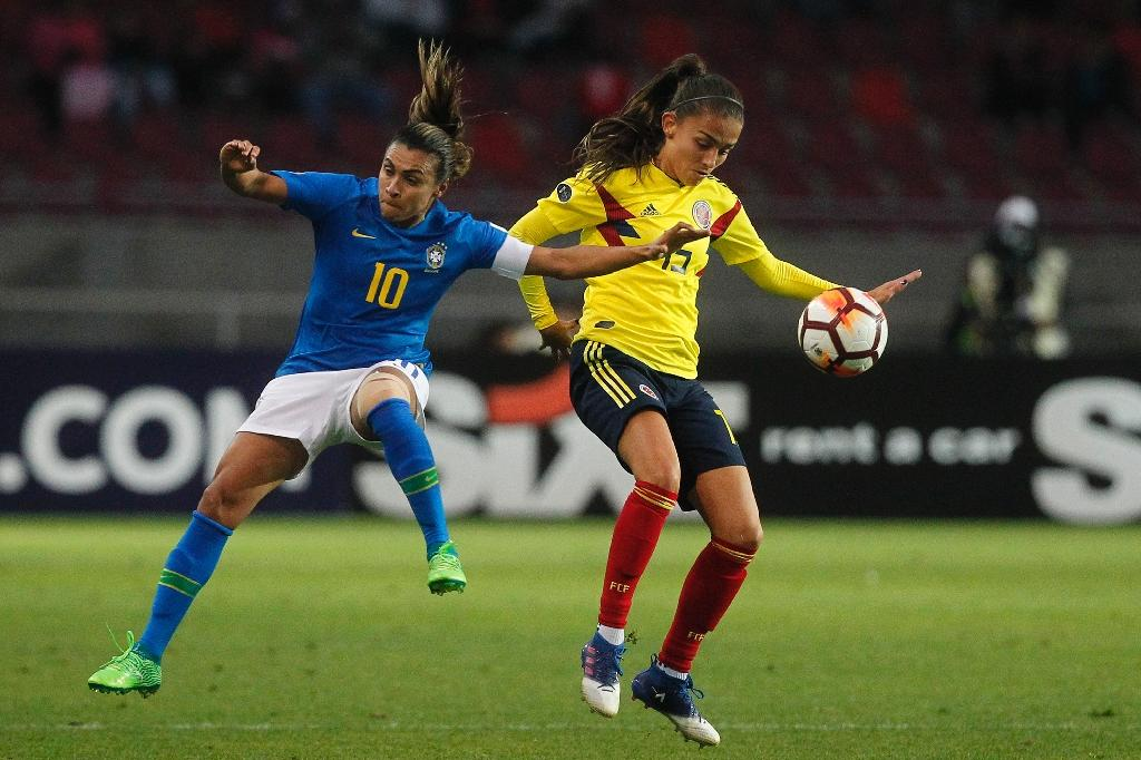 Brazil's player Marta (L) fights for the ball with Colombia's player Isabella Echeverri (AFP Photo/CLAUDIO REYES)