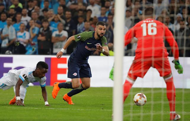 Soccer Football - Europa League Semi Final First Leg - Olympique de Marseille vs RB Salzburg - Orange Velodrome, Marseille, France - April 26, 2018 RB Salzburg's Moanes Dabour in action with Marseille's Bouna Sarr and Yohann Pele REUTERS/Eric Gaillard