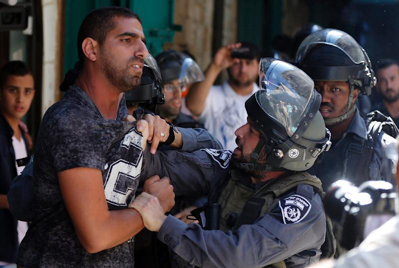 A member of the Israeli security forces scuffles with a man in an alley in Jerusalem's old city during clashes with Palestinians at the nearby al-Aqsa mosque compound on September 28, 2015 (AFP Photo/Ahmad Gharabli)