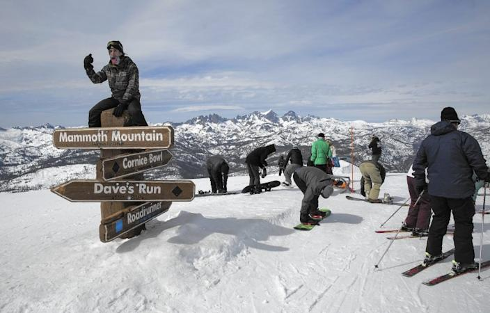 """Mammoth Mountain and other California resorts will limit the number of skiers and snowboarders on the slopes because of the COVID-19 pandemic. <span class=""""copyright"""">(Brian van der Brug / Los Angeles Times)</span>"""