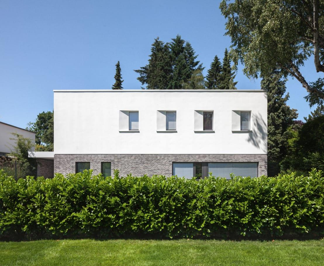 <p>The same cubic shape catches our interests at the front, and even though this side is not as open as the rear (because of a little thing called 'privacy'), we can still appreciate the contemporary cuteness of the façade, especially in the charming way it complements the lush garden touches all around it.</p>  Credits: homify / Sieckmann Walther Architekten