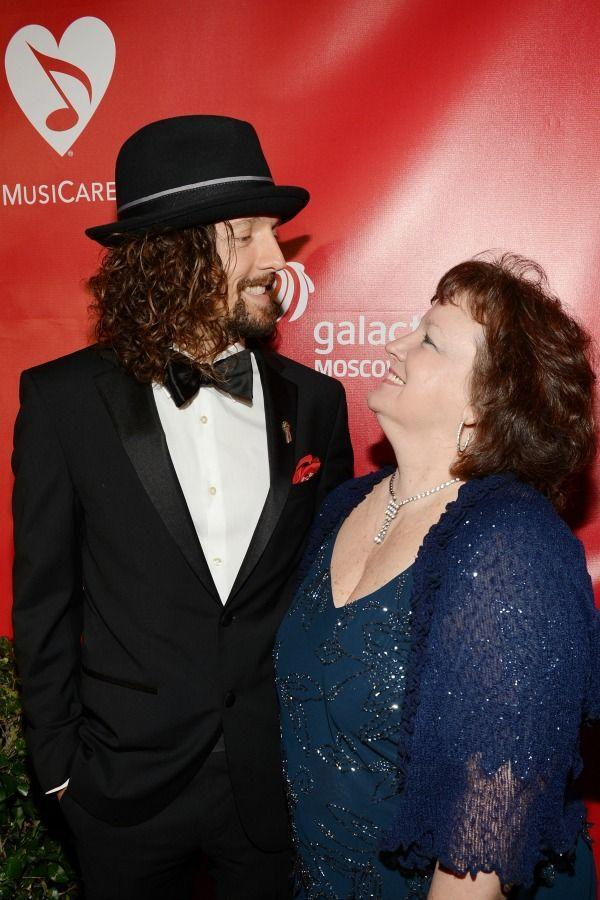 <p>Even though it looked the opposite at the 2013 Grammy Awards, we have a feeling Jason still looks up to mom June Tomes.</p>