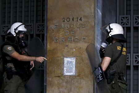 Greek riot police officers take position in front of the Bank of Greece during demonstrations in Athens, Greece, June 30, 2015. REUTERS/Yannis Behrakis