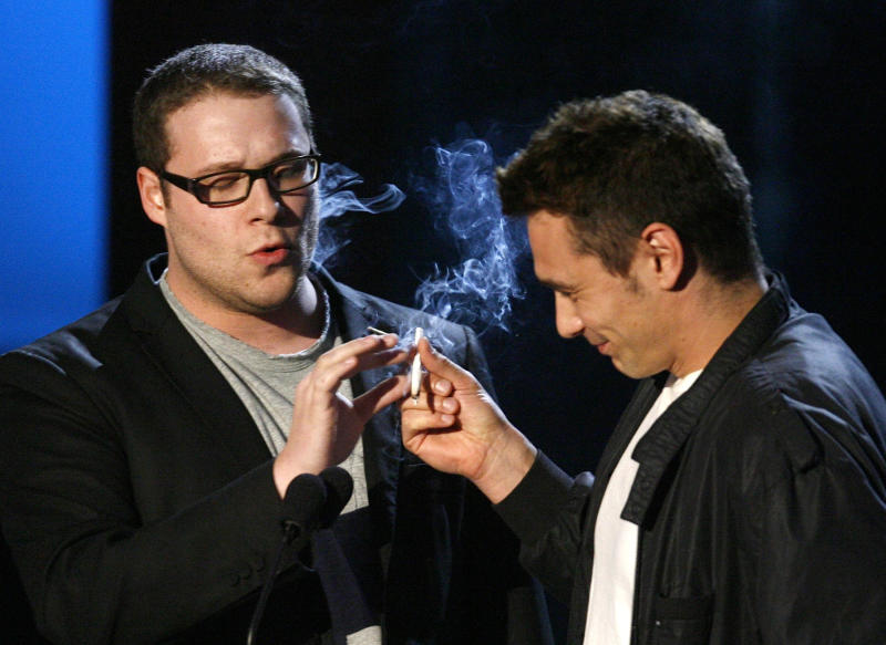 Presenters Seth Rogan (L) and James Franco perform in a skit about marijuana at the 2008 MTV Movie Awards in Los Angeles June 1, 2008. REUTERS/Mario Anzuoni (UNITED STATES)